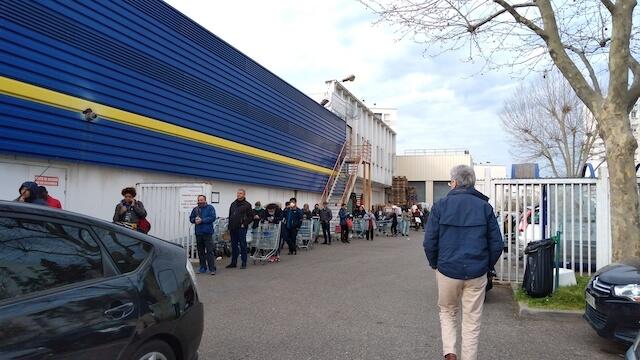 アジア食品を扱うスーパーには食糧の買い溜めを急ぐ人々が列をつくった